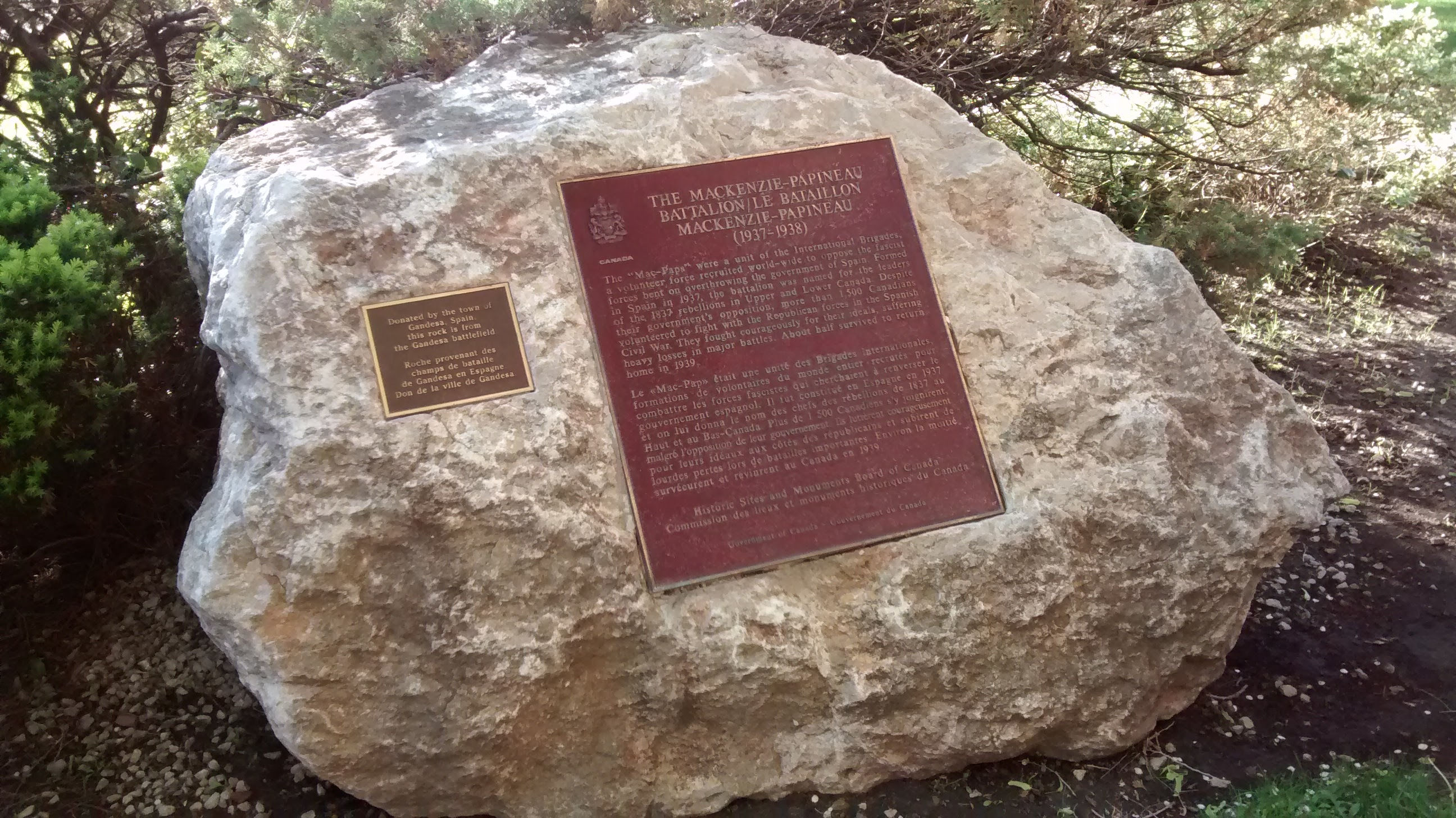 Photo of the Gandesa rock memorial: a boulder with two plaques explaining the momument.
